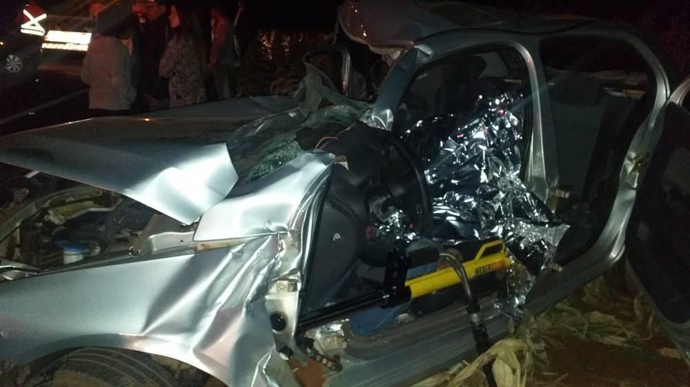 Um morre e outros dois ficam feridos em acidente com caminhonete e dois carros na PR-575