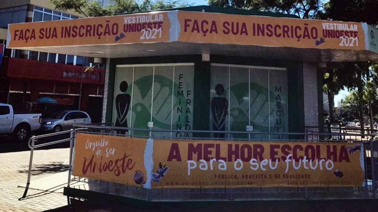 Quiosque do Vestibular Unioeste 2021 atende comunidade surda no centro de Cascavel