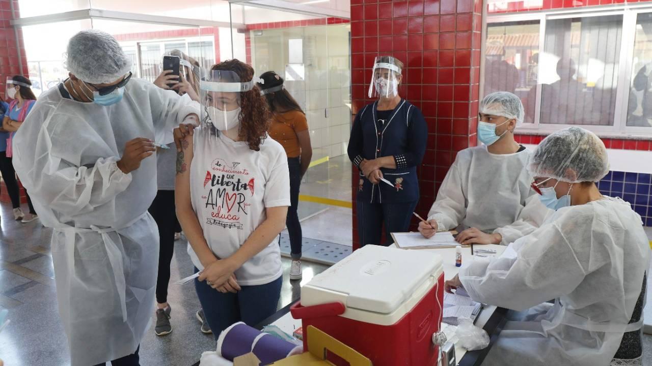 Professores começam a ser imunizados contra a Covid-19 em Cascavel