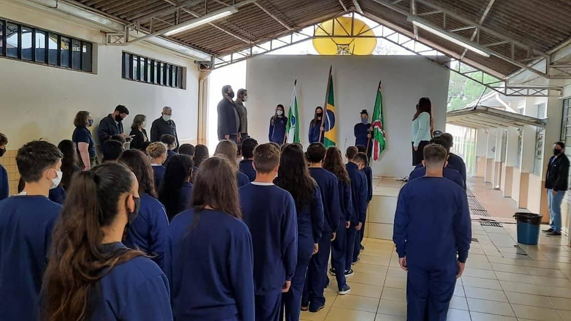 NRE Cascavel acompanha entrega dos uniformes aos estudantes dos Colégios Estaduais Cívico-Militares