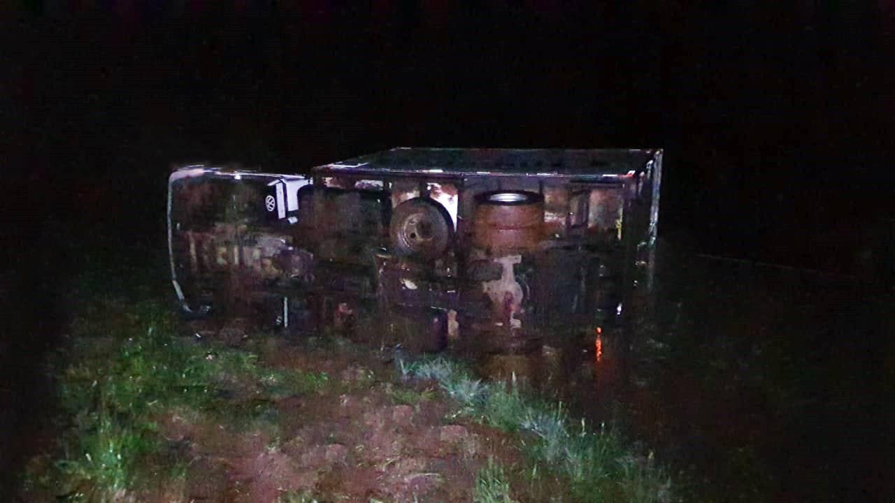 Caminhão carregado com pintinhos tomba na BR-467 no Contorno Oeste em Cascavel