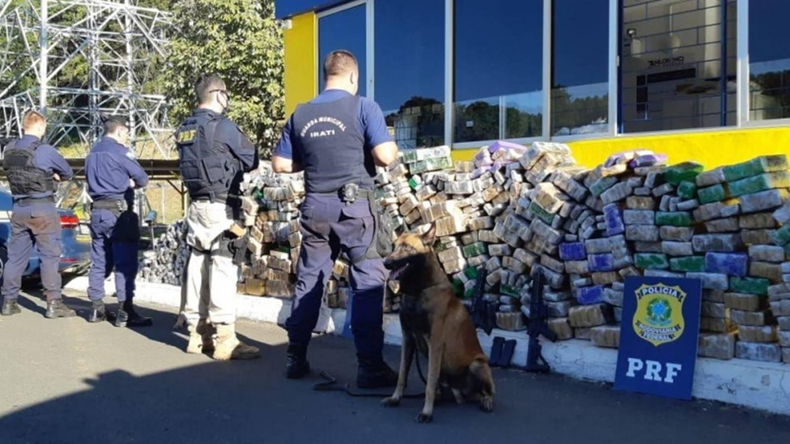 PRF e Guarda Municipal apreendem dois fuzis e 1,7 tonelada de maconha em Irati-PR