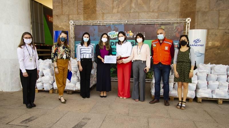 Funcionários da Sanepar doam alimentos na campanha Cesta Solidária