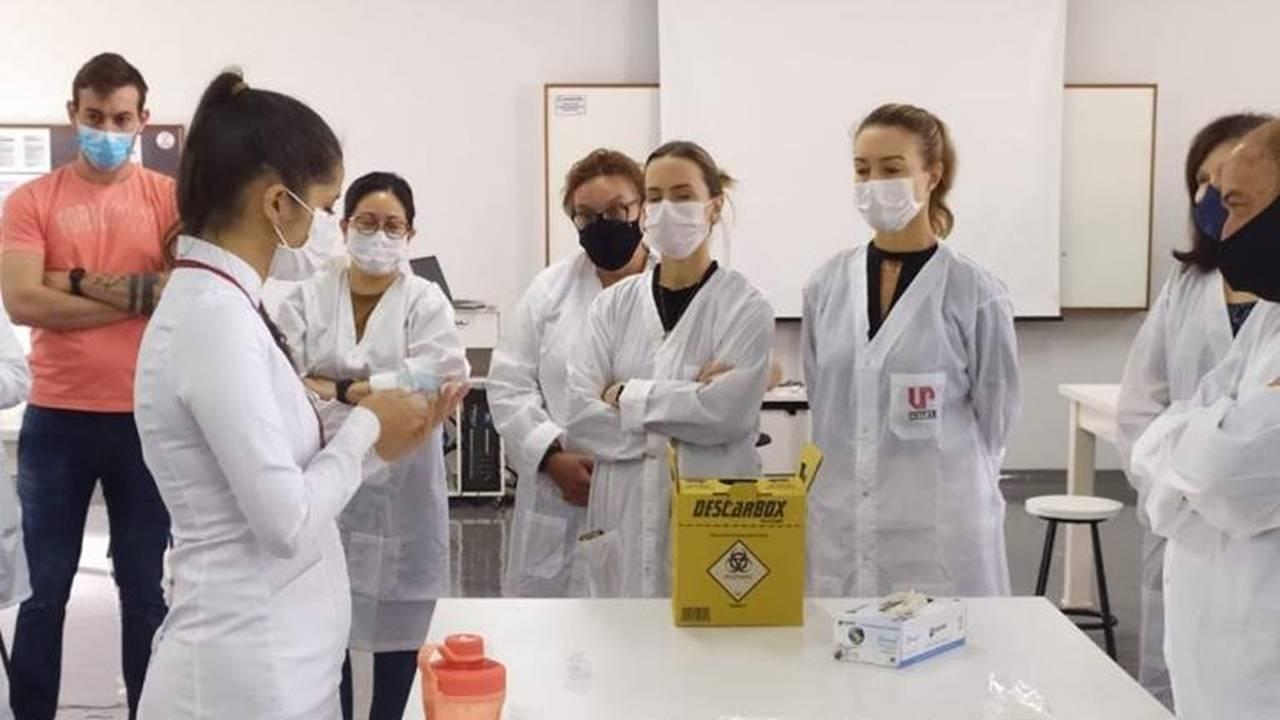 Cirurgiões dentistas passam por curso para auxiliar na vacinação