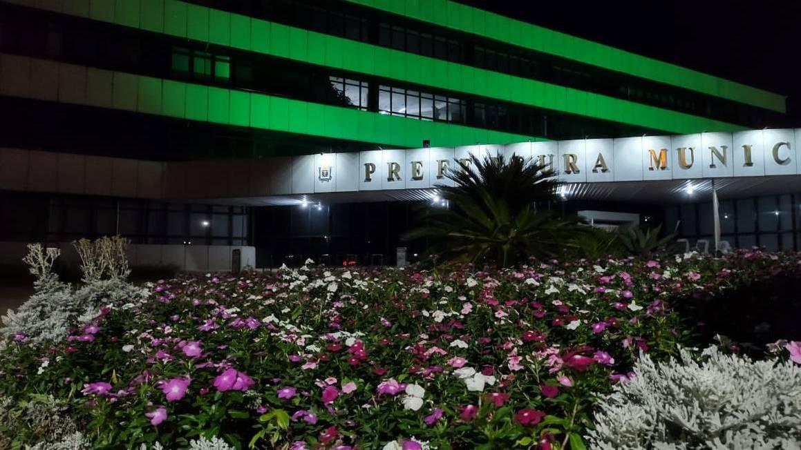 Prefeitura está com iluminação especial para conscientizar sobre a questão da saúde do trabalhador