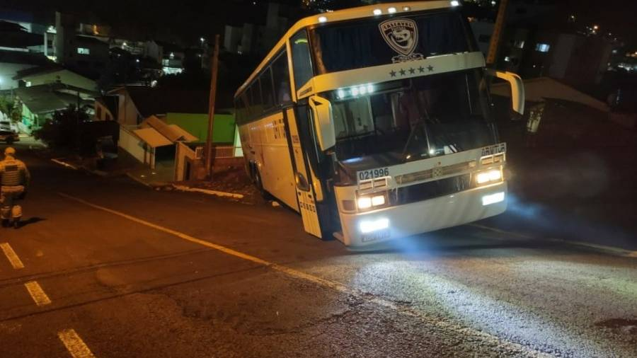 Ônibus que transportava atletas do Stein Cascavel Futsal  se envolve em acidente em Santa Catarina