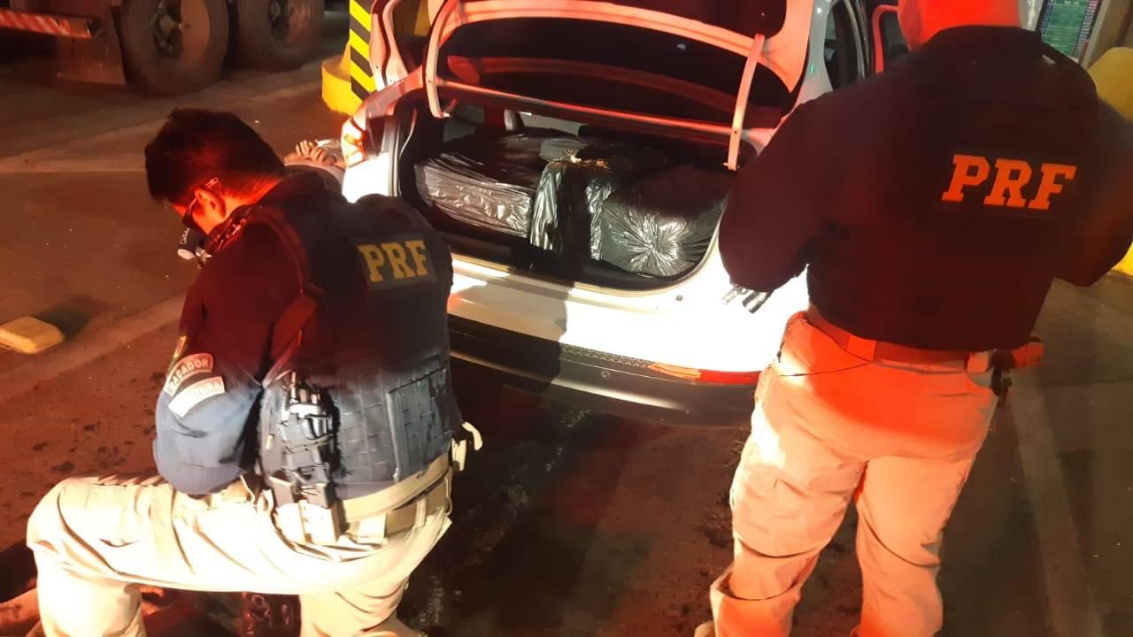 PRF apreende quase meia tonelada de maconha e prende dupla no Paraná