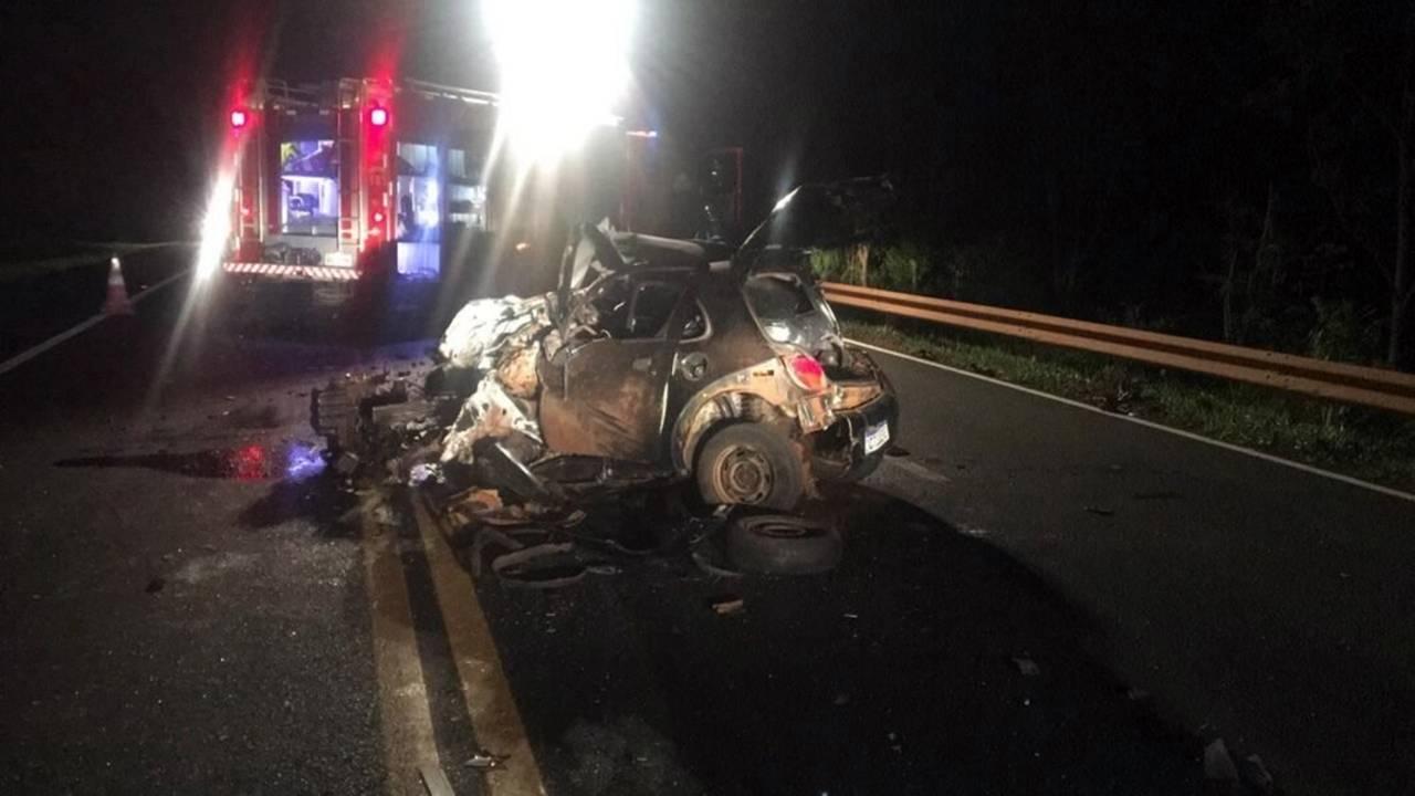 Ford Ka com sete pessoas bate de frente com caminhonete na BR-277 e jovem de 20 anos morre