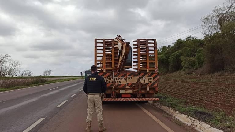 PRF impede transporte de escavadeira de 19 toneladas na BR-163 em Toledo