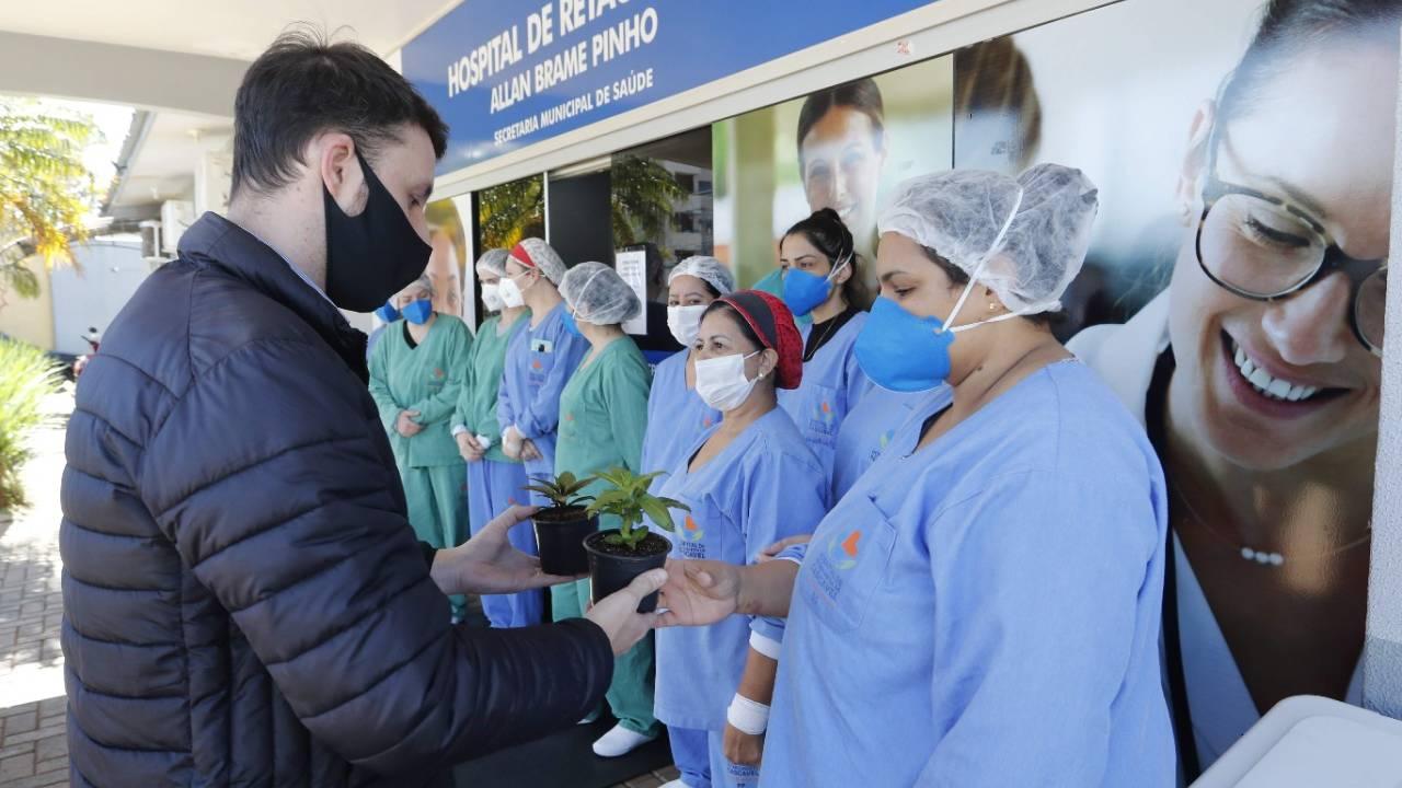 Profissionais de saúde que atuam na linha de frente da Covid-19 são homenageadas