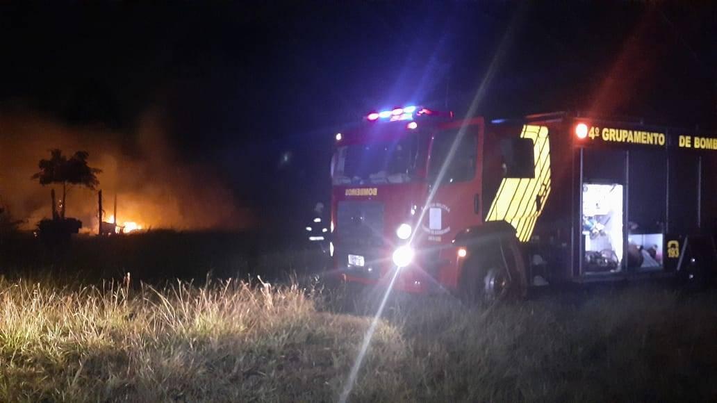Residência fica totalmente destruída por incêndio na Rua Lagoa Araucária no Bairro Lago Azul