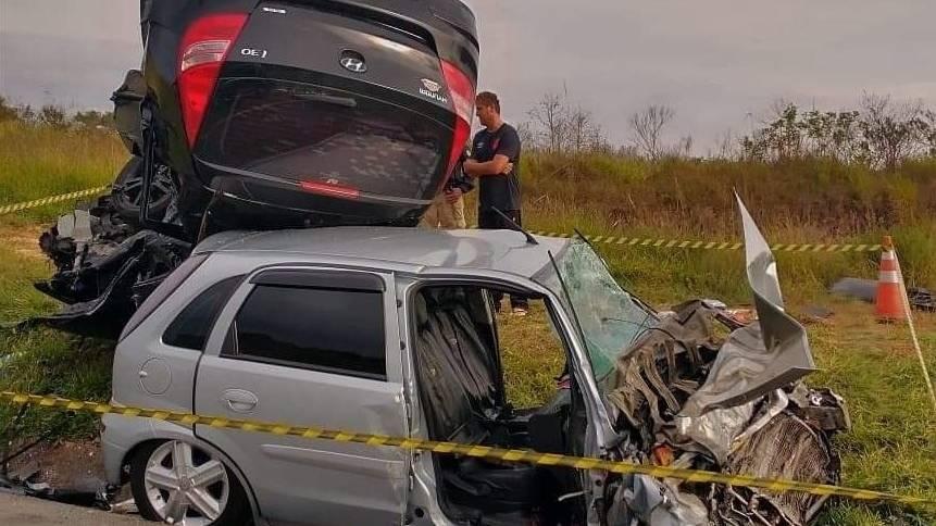 Mulher morre em colisão frontal entre carros na BR-277, em Palmeira