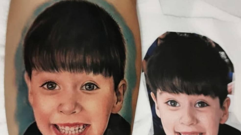 Pai de Henry presta homenagem ao filho e tatua foto do menino no braço