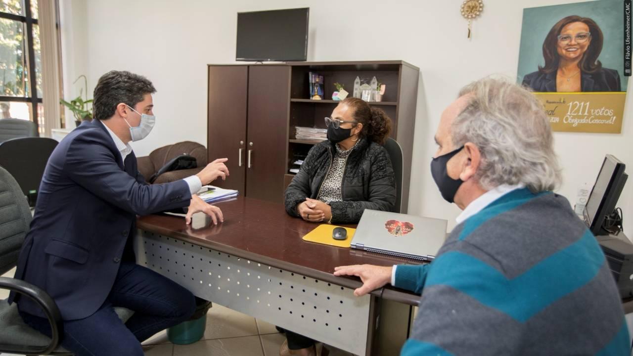 Beth Leal e Renato Silva recebem lideranças em seu gabinete