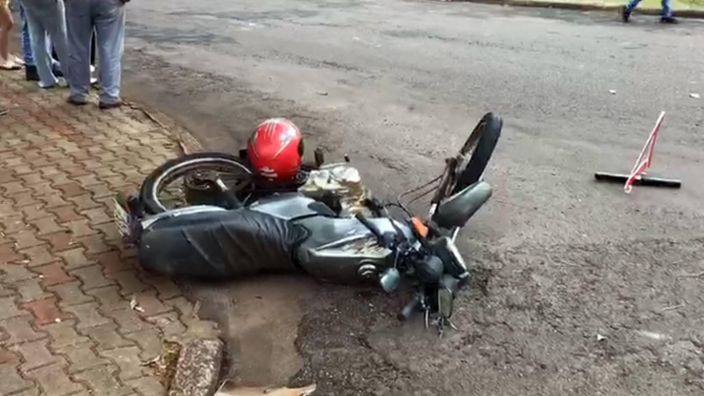 Motociclista fica gravemente ferido após acidente no Bairro Coqueiral