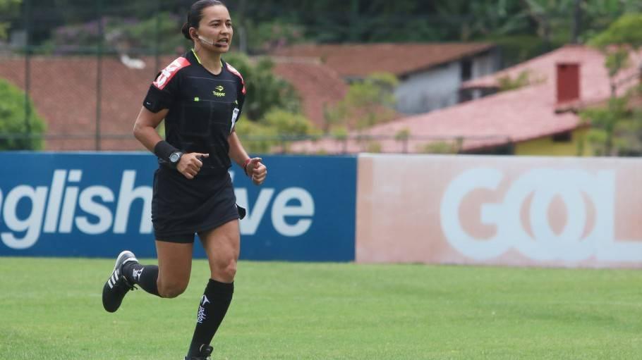 Gugu Bueno homenageia árbitra Edina Batista por apitar final histórica do Brasileirão Feminino