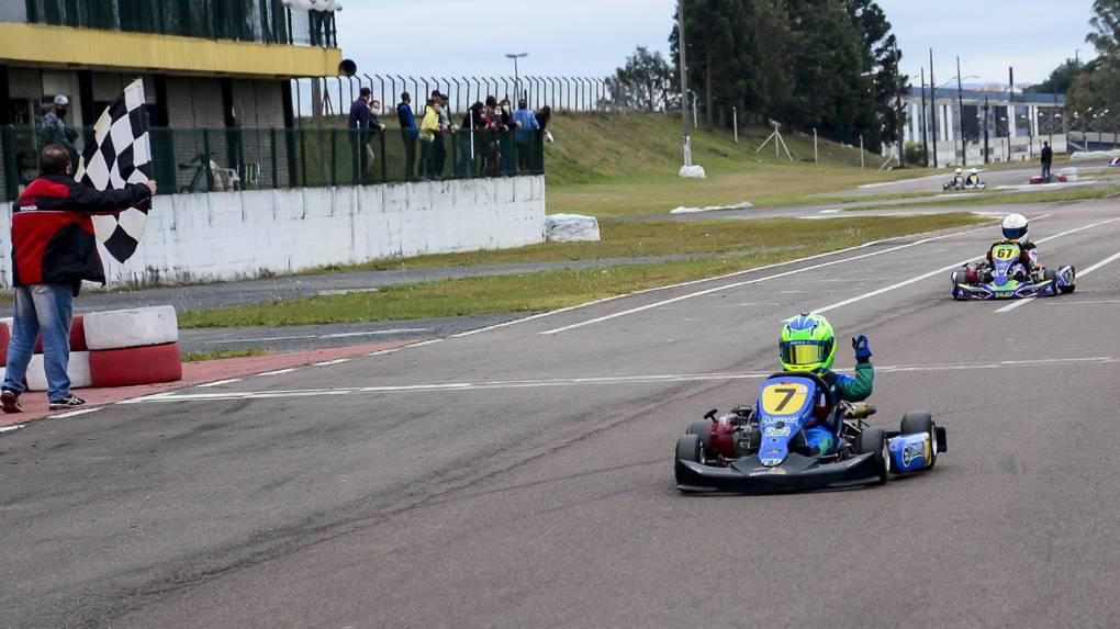 Caio Zorzetto conquista a vitória na abertura da Copa Super Paraná de Kart