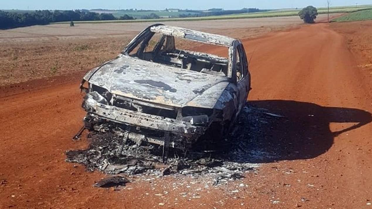 Carro incendiado é encontrado no interior de Cafelândia