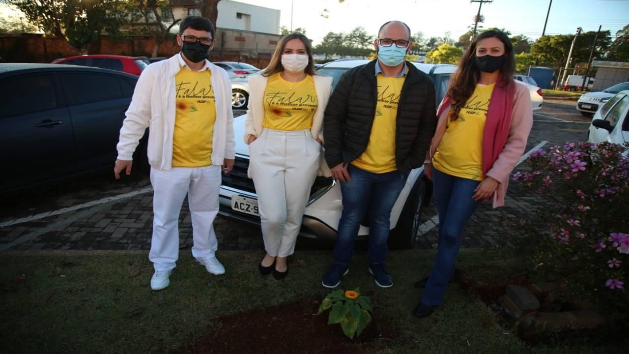 Setembro Amarelo: girassóis colorem estacionamento do Huop no Dia de Prevenção ao Suicídio