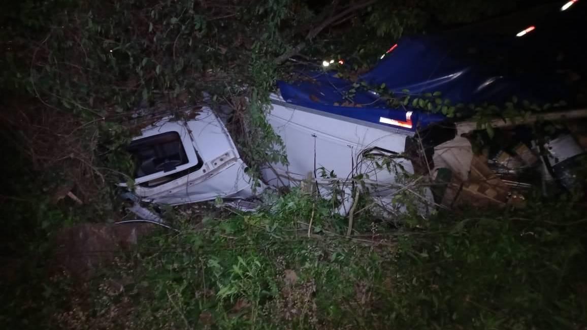 """Homem morre após perder freio de caminhão e capotar na """"curva do boi"""" na PR-484"""