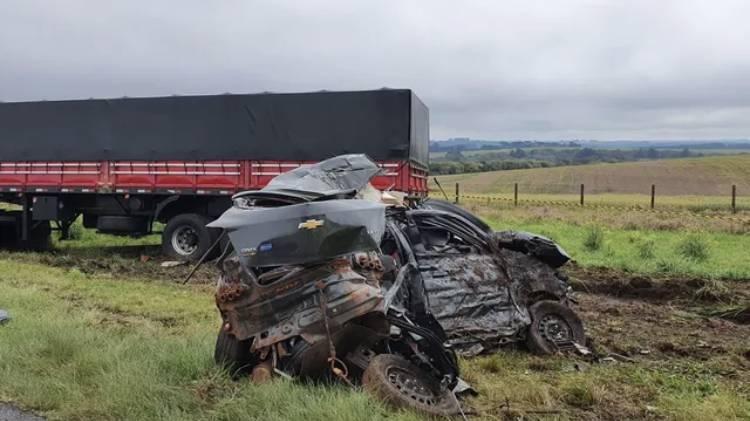 Duas pessoas morrem em batida de frente entre carro e caminhão na BR-277