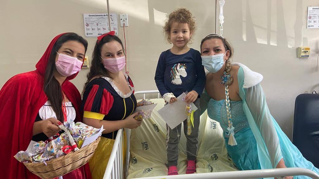 Frozen, Chapeuzinho Vermelho, Branca de Neve e Batman visitam crianças nas UPAs
