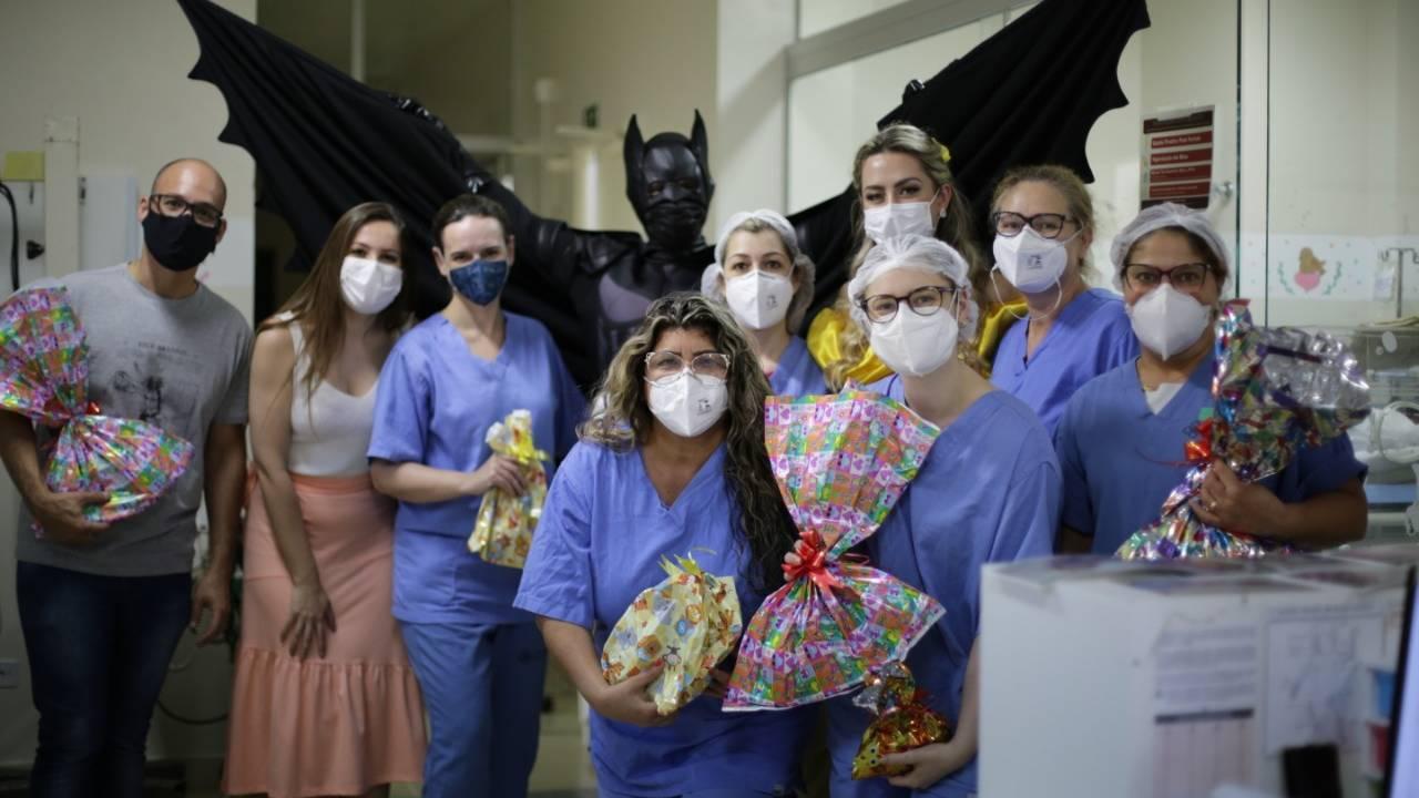 Dia das Crianças: Huop teve distribuição de pizzas, presentes e visita do Batman e Princesa Bela