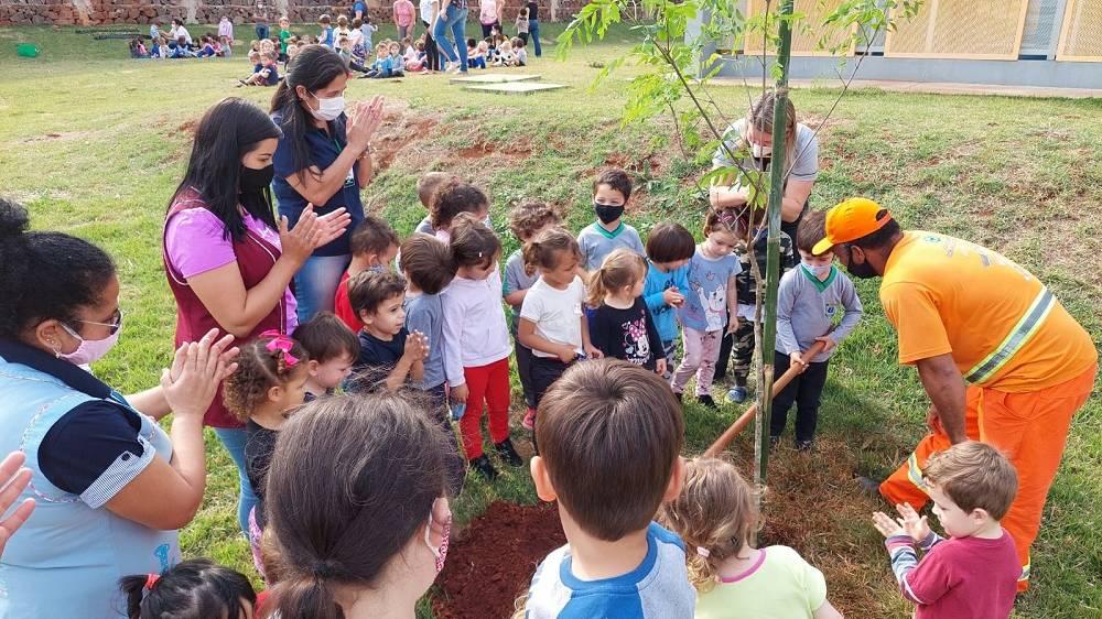 Semana da Árvore: Crianças do Cmei Sueli Cozer participam do plantio e conhecem mais sobre educação