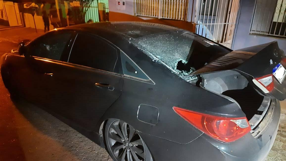 Jovem de 26 anos tem seu carro é alvejado por vários disparos de arma de fogo no Jardim Bela Vista