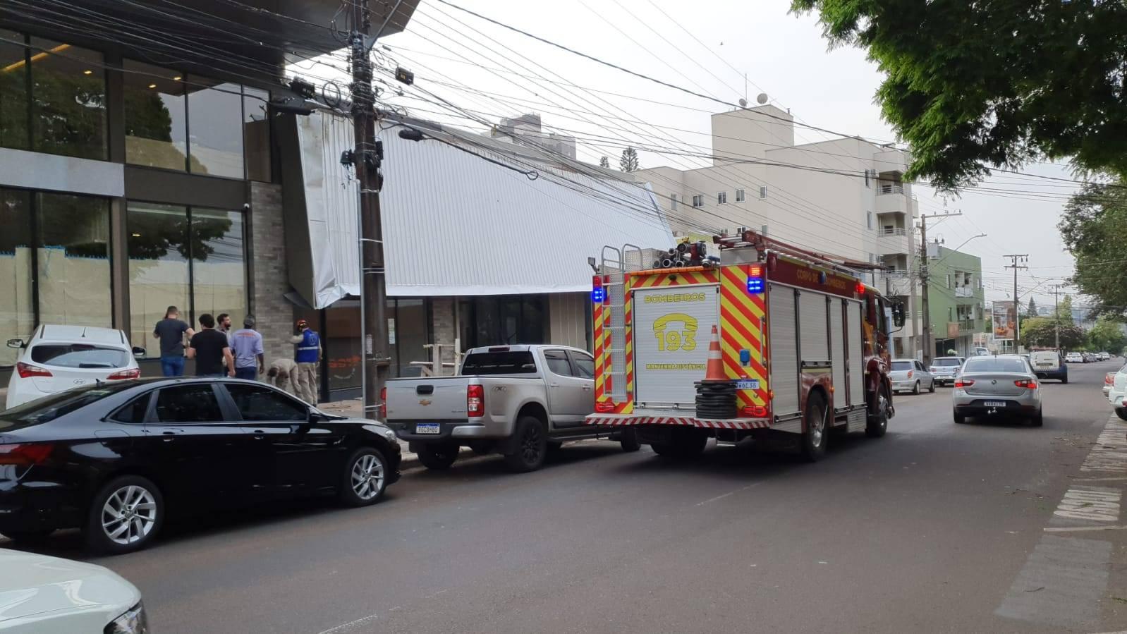 Trabalhadores ficaram feridos após telhado ceder no Centro de Cascavel
