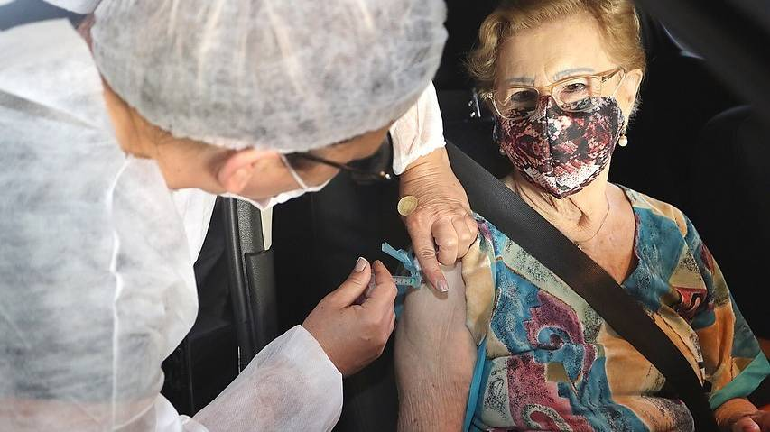 Saúde aplica todas as doses da vacina para idosos acima de 85 anos
