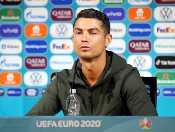 """""""Bebam água. Não Coca-Cola"""": Gesto de Cristiano Ronaldo faz Coca-Cola perder US$ 4 bilhões"""