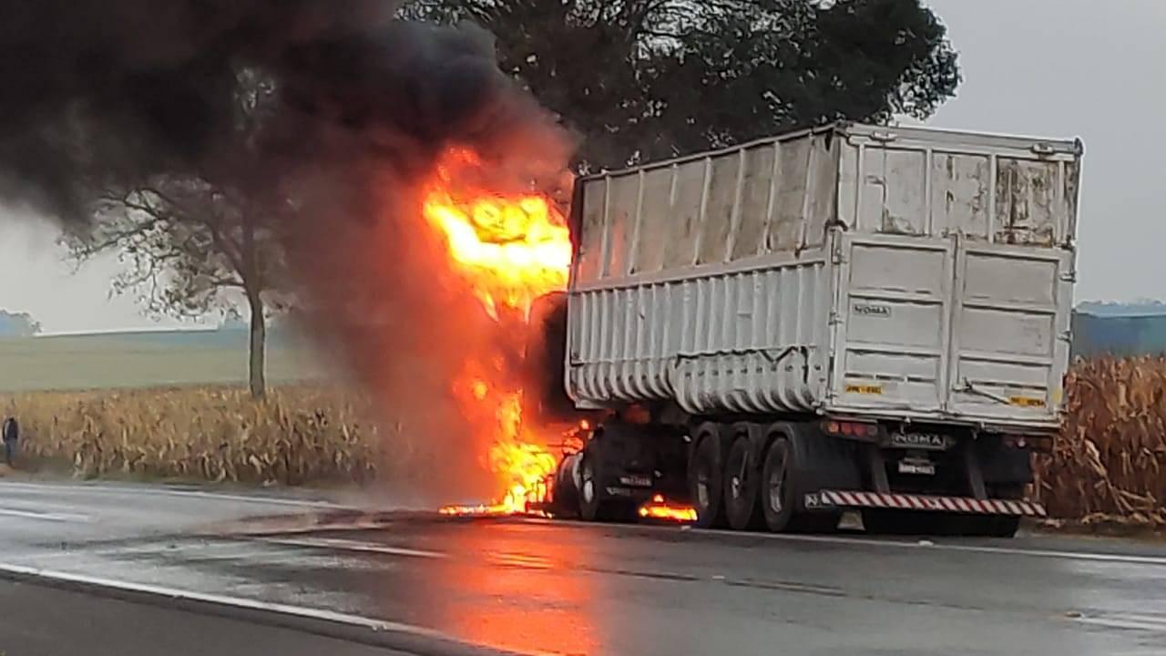 Cabine de caminhão é completamente destruída após incêndio na BR-277 em Catanduvas