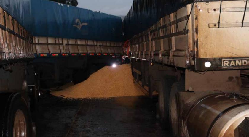Pista fica interditada após caminhões se enroscarem na PR 180