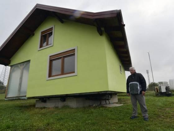 Idoso constrói casa giratória após esposa ficar indecisa sobre onde deveria ser a entrada