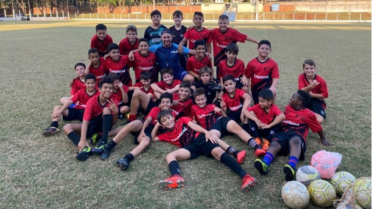Escolinha de futebol de base alia esporte e formação humana em Cafelândia