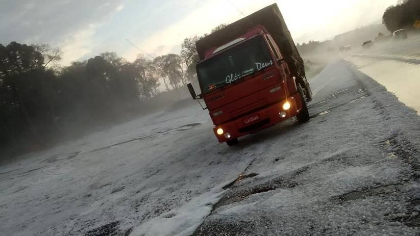 Tempestade de granizo muda paisagem, na região central do estado