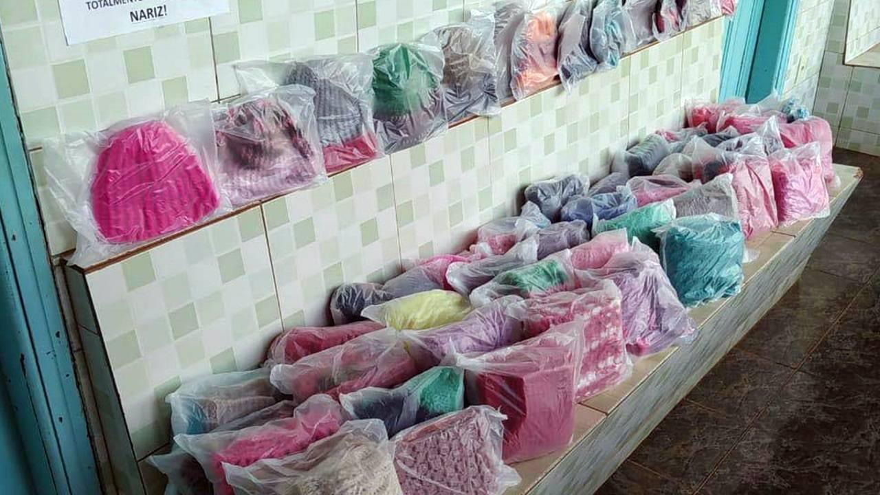 Presos da cadeia de Andirá confeccionam peças em lã para idosos
