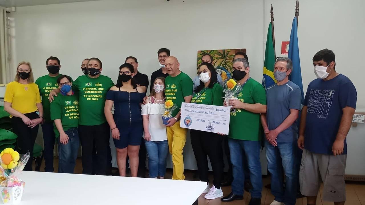 Luciano Hang proprietário da Havan e patrocinador master do FC Cascavel entrega doações a APAE