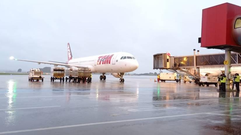 Avião com primeiras doses da vacina contra a Covid-19 chega ao Paraná