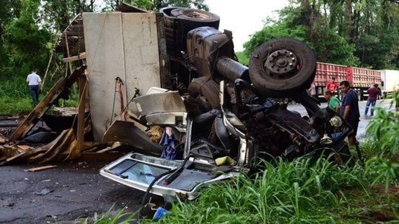 Acidente deixa dois mortos na PR-323 em Umuarama