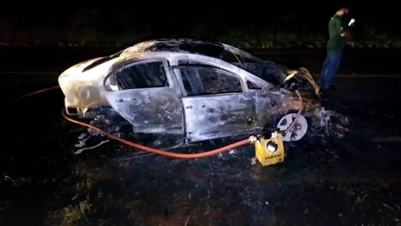 Veículo pega fogo após colisão de trânsito na PR-486, em Cascavel