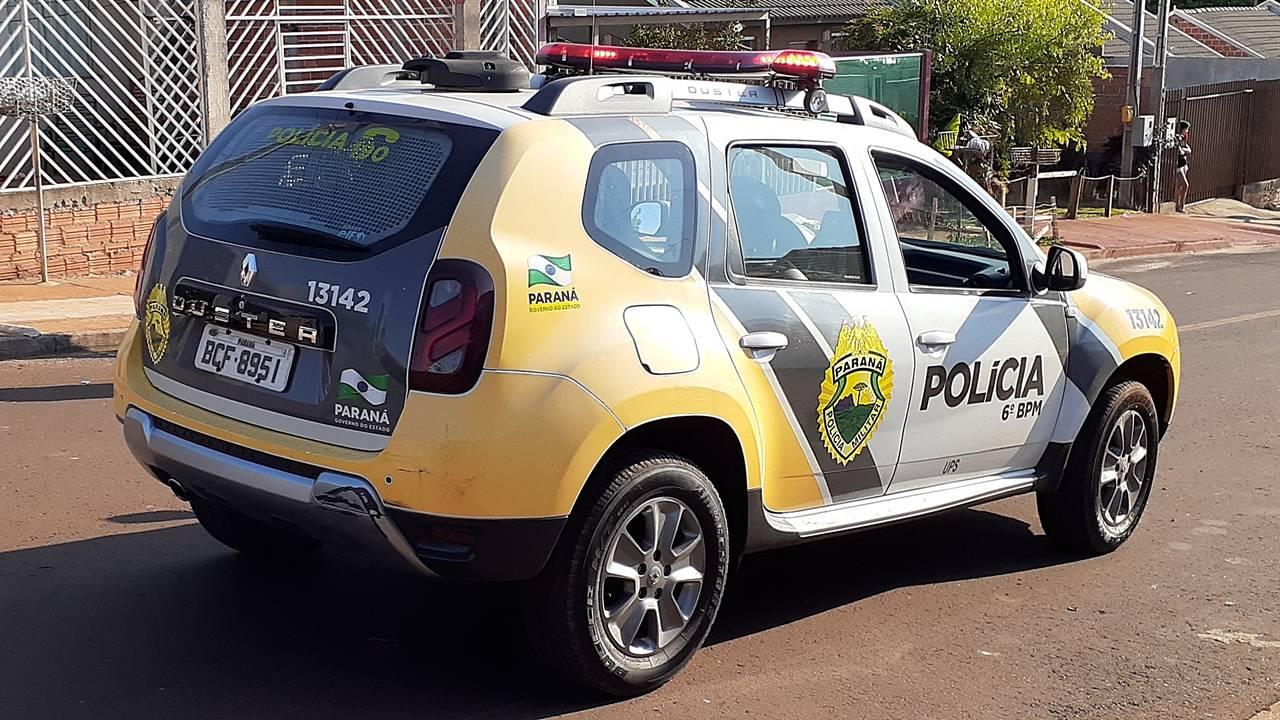 Mulher desce do carro para alimentar cachorro na rua e tem veículo roubado em Cascavel
