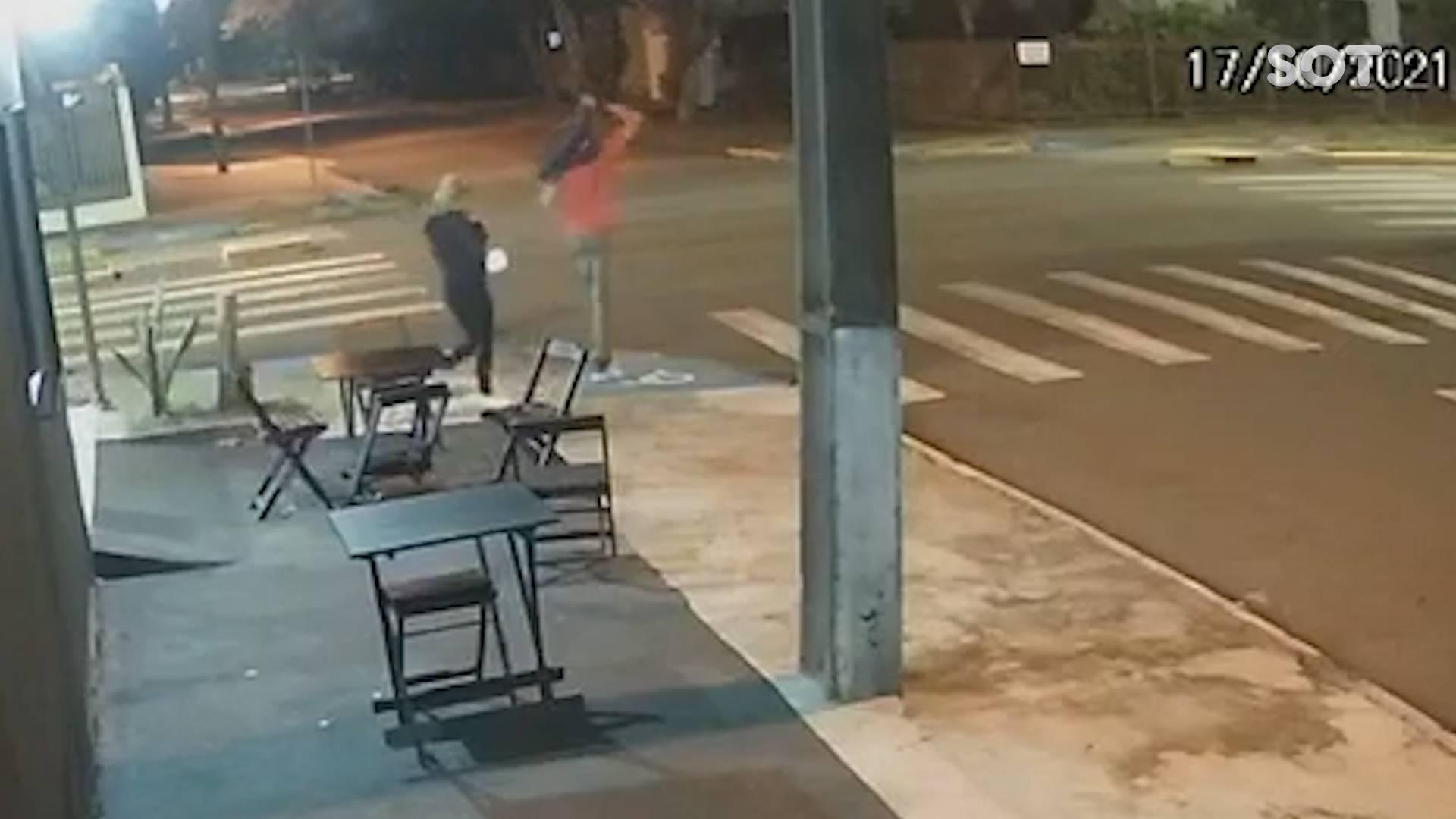 Câmera de segurança registra momentos antes da morte de casal atropelado em Toledo
