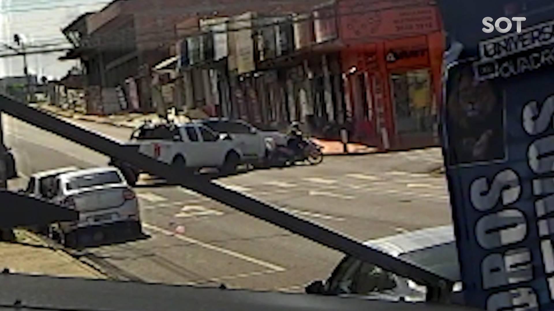 Câmera de segurança registra forte colisão entre três veículos na Rua São Paulo