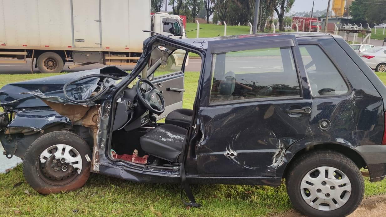 Mulher fica ferida após forte colisão entre carro e caminhão na BR-277 em Cascavel