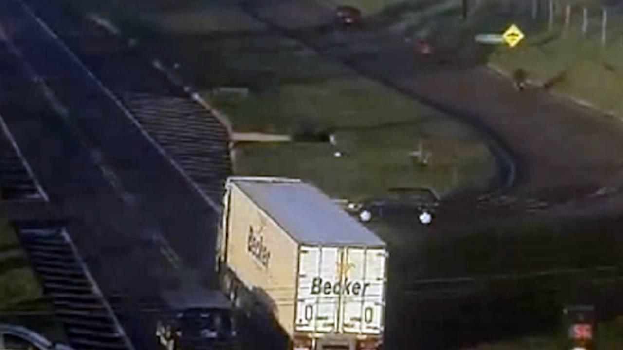 Câmera de monitoramento registra acidente entre carro e caminhão na BR-277 em Cascavel