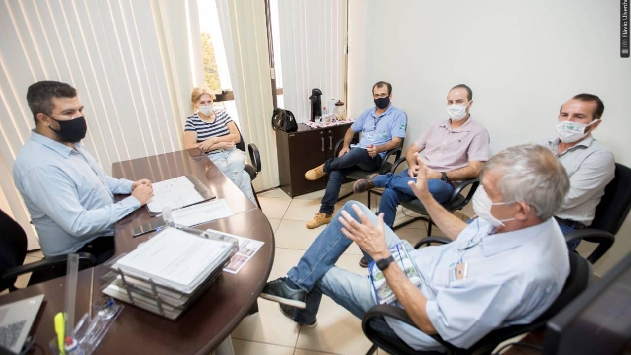 Representantes da Aquioeste apresentam demandas ao vereador Edson Souza