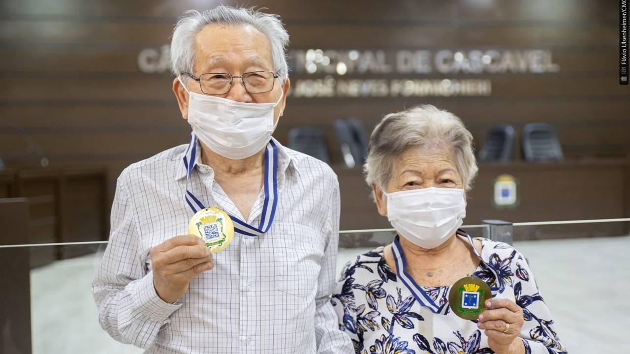 Casal Takashi e Helena Uyeda recebe na Câmara a Medalha Xiquinho Zimmermann
