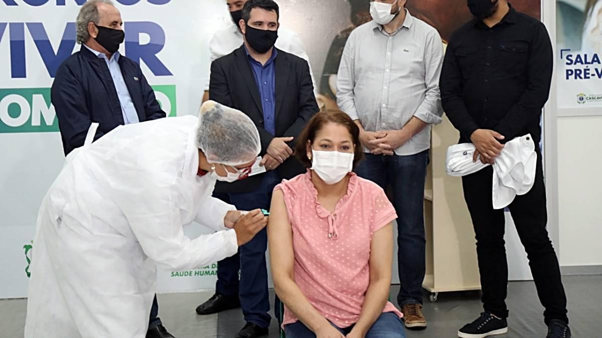 Técnica em enfermagem que ficou 22 dias entubada recebe homenagem